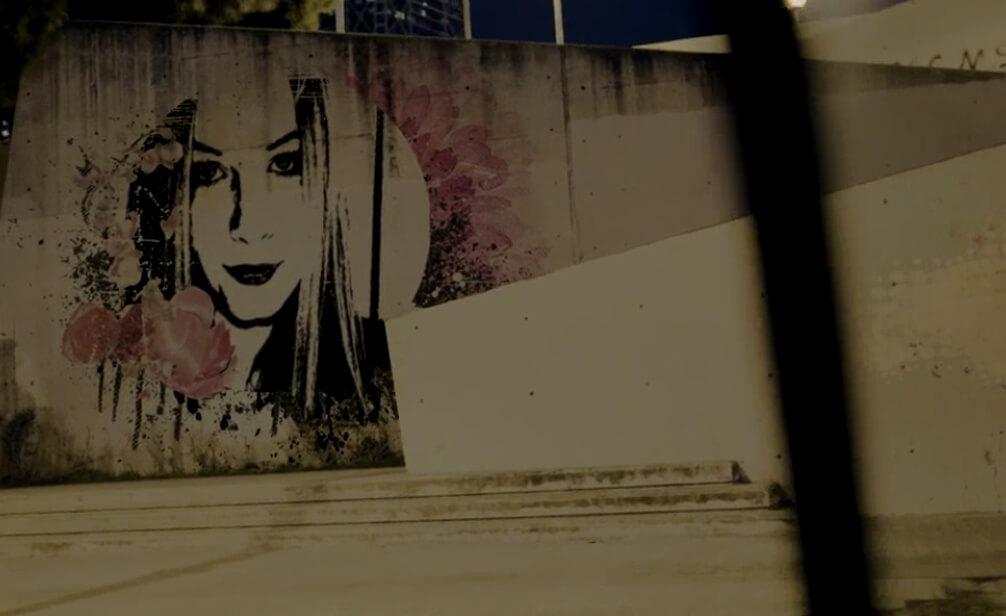 Video Personalisierung mit Maybelline New York You are Sensational Bild Individualisierung auf Betonwand