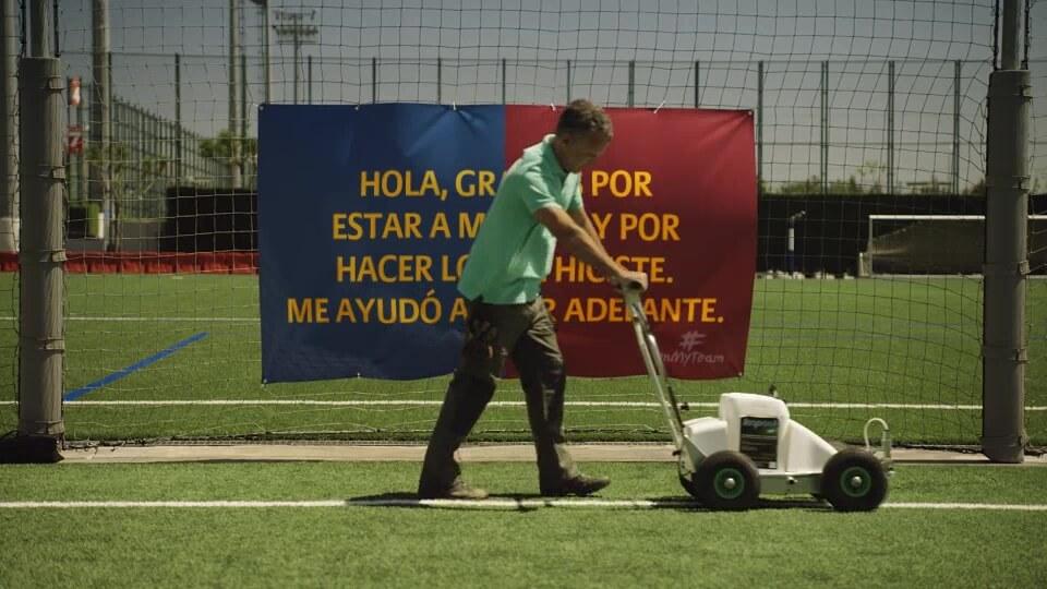 Fan Aktion von Allianz und FC Barcelona Flagge mit Maske spanisch mit DDD Hamburg