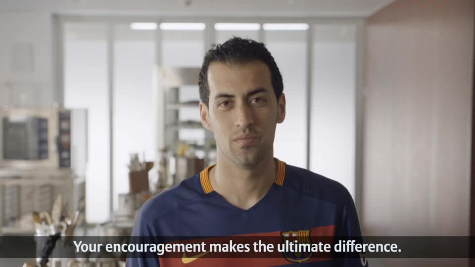 Fan Aktion von Allianz und FC Barcelona Busquets englisch mit DDD Hamburg